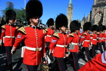 Ottawa: The guard changes and marches through the streets
